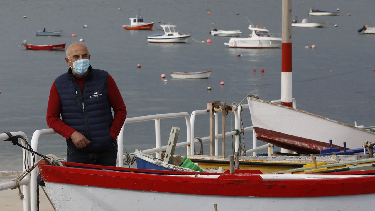 Vicente Vázquez, onte, no porto de San Cibrao, ao lado da súa casa