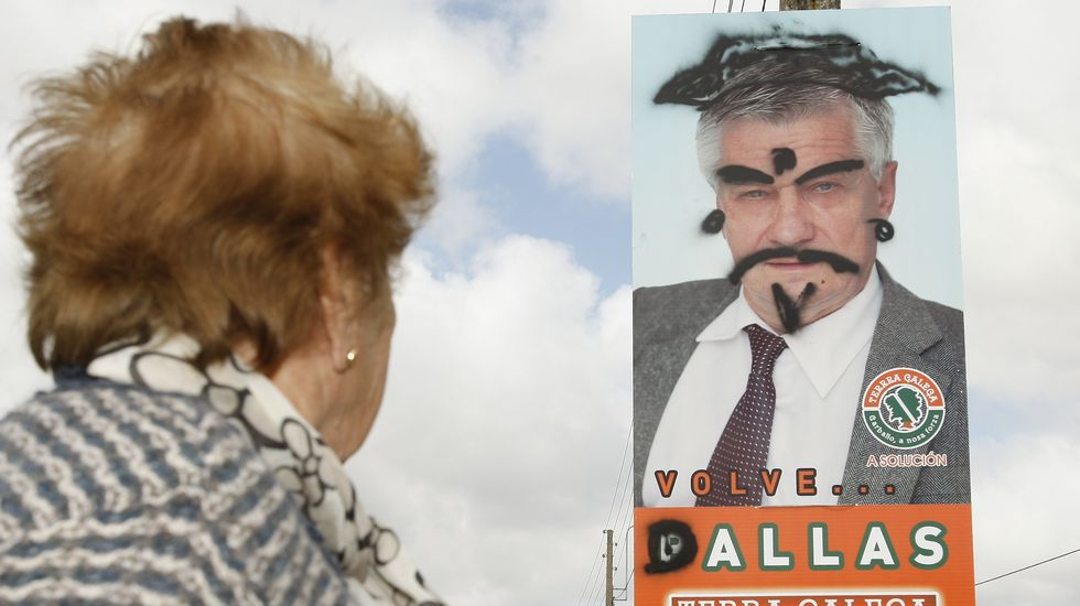 Los carteles electorales siguen sufriendo actos vandálicos. El último, este de José Bello Pallas, número 2 de TeGa a la alcaldía de Carballo