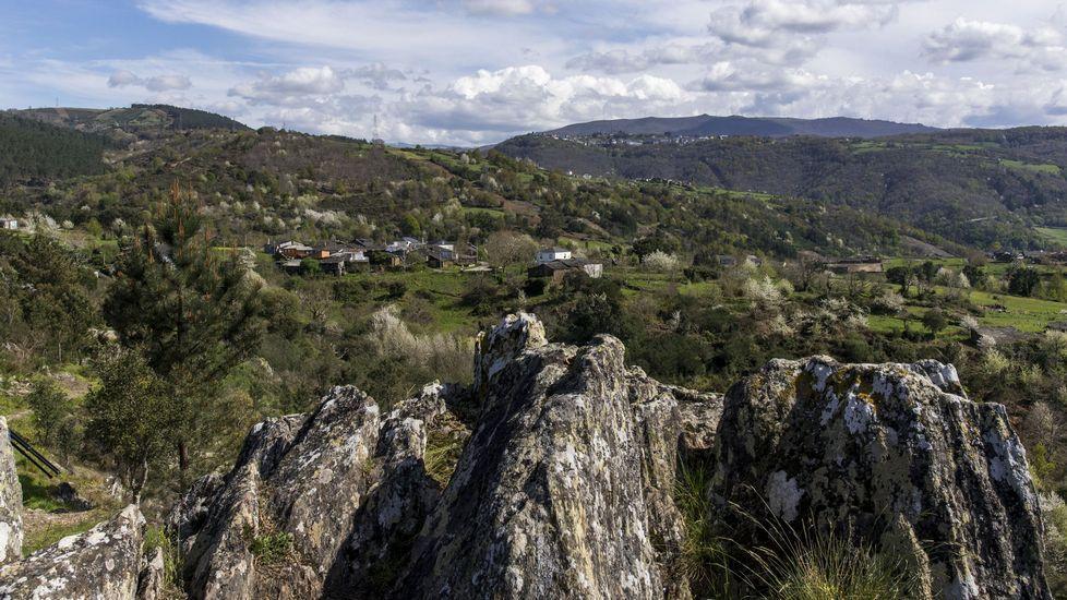 La aldea de Paradela vista desde el mirador de Penas de Matacás