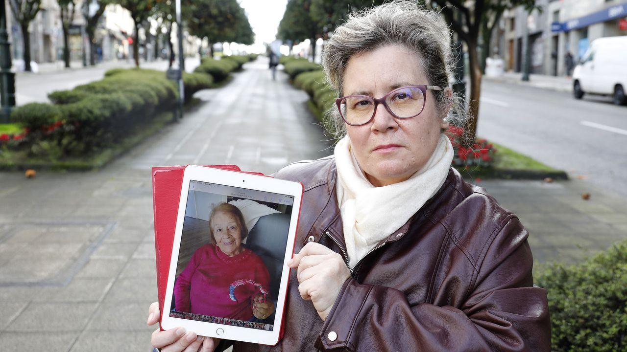 Un vial que pone en peligro a los peatones.Cristina González, con una foto de su madre, María Peleteiro