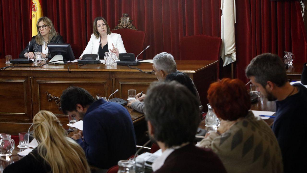 El PSOE trata de reactivarse con un mitin de Adriana Lastra.Un tren circulando por el trazado ferroviario urbano en Ourense, que deberá cortarse para adaptarlo a la alta velocidad