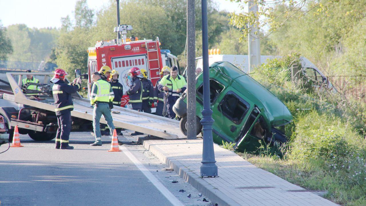 Las imágenes del accidente de Santa Cruz de Mondoi.Vecinos opuestos a la fusión de Cerdedo y Cotobade, durante un pleno en el 2016