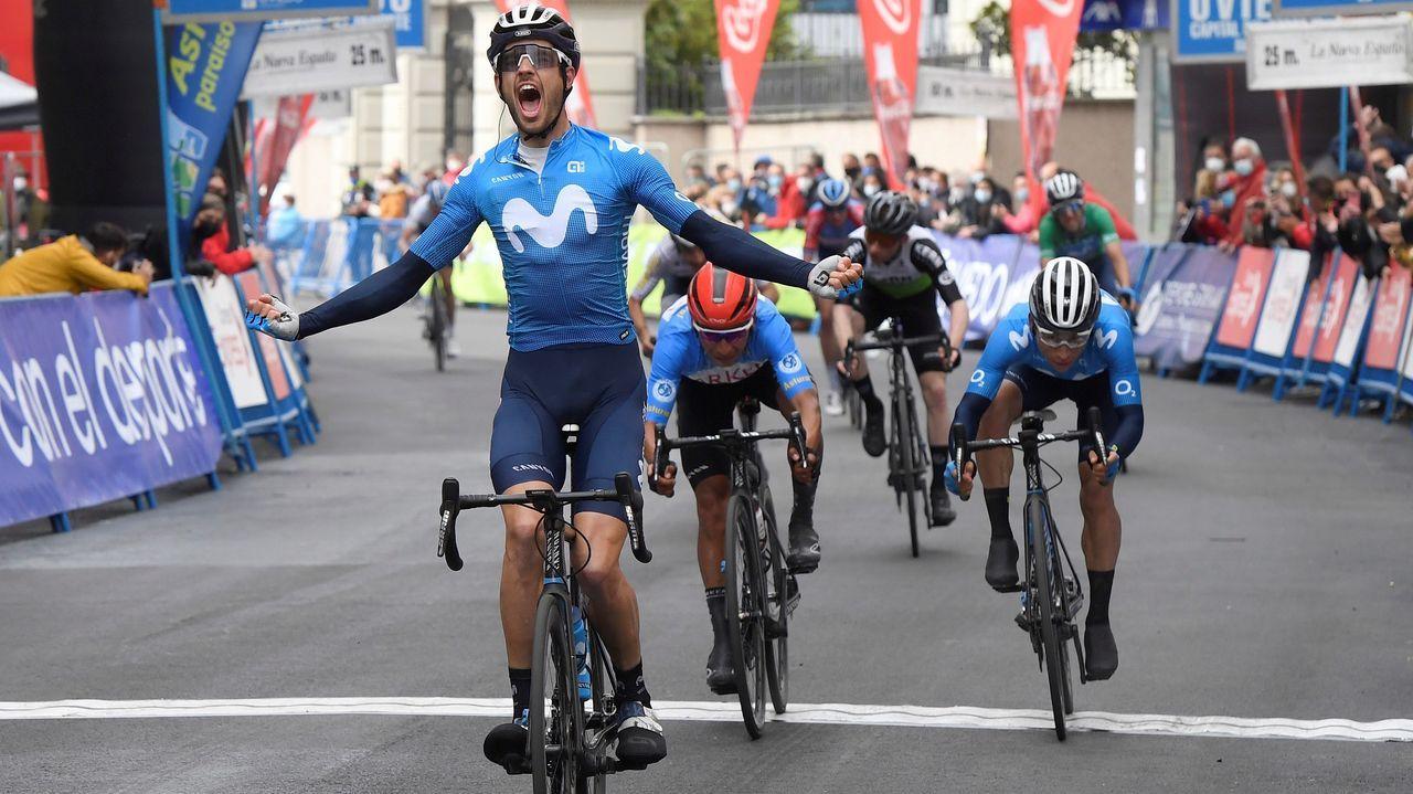 Héctor Carretero (i), del equipo Movistar, ha sido el vencedor de la 2ª Etapa de la 66 Vuelta Ciclista a Asturias que transcurrió hoy sábado entre Candas y Cangas Del Narcea