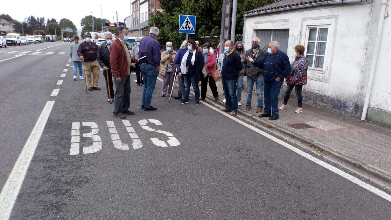 Vecinos de O Carqueixo y de la federación vecinal protestan por la supresión de una parada de bus
