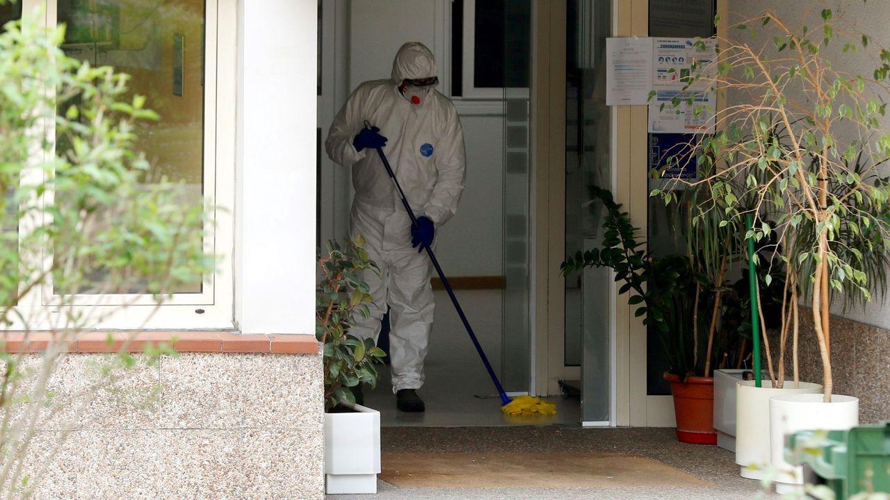 construcción trabajadores.Trabajos de desinfección en la residencia de ancianos de Grado