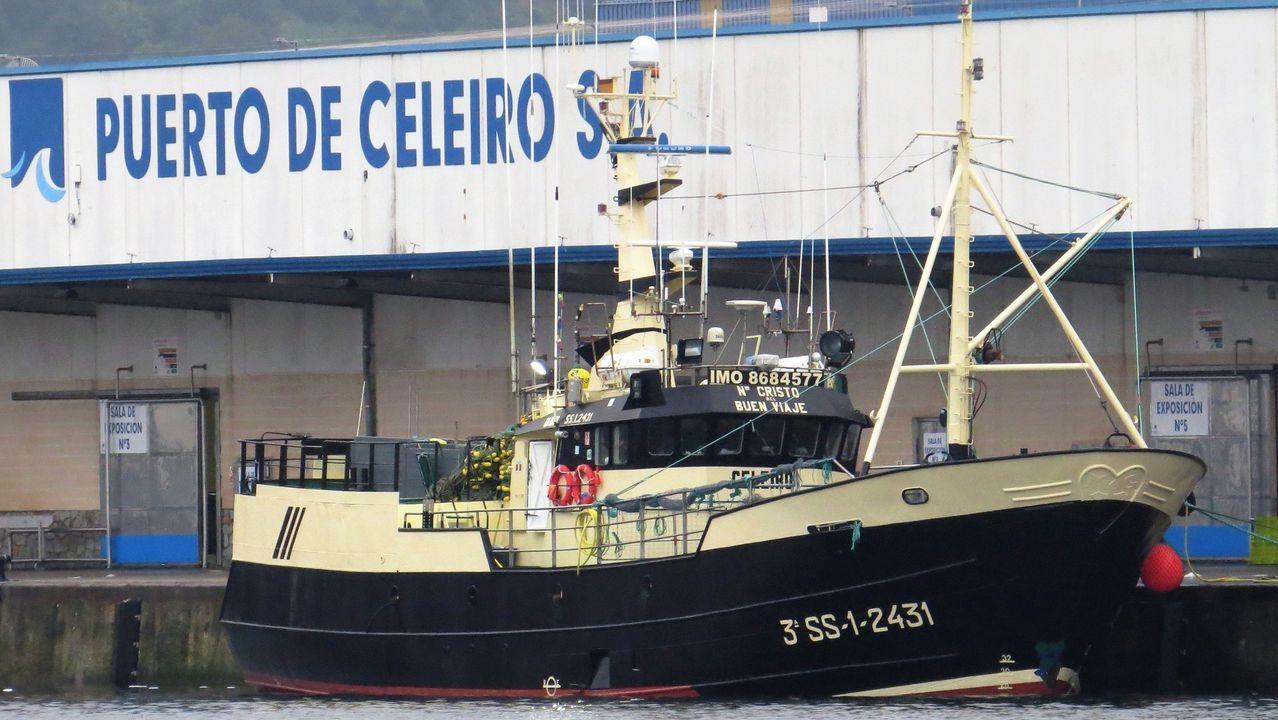 Imagen de archivo de un pesquero atracado en la lonja de Puerto de Celeiro