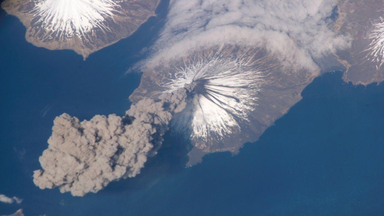 Erupción volcánica desde el espacio