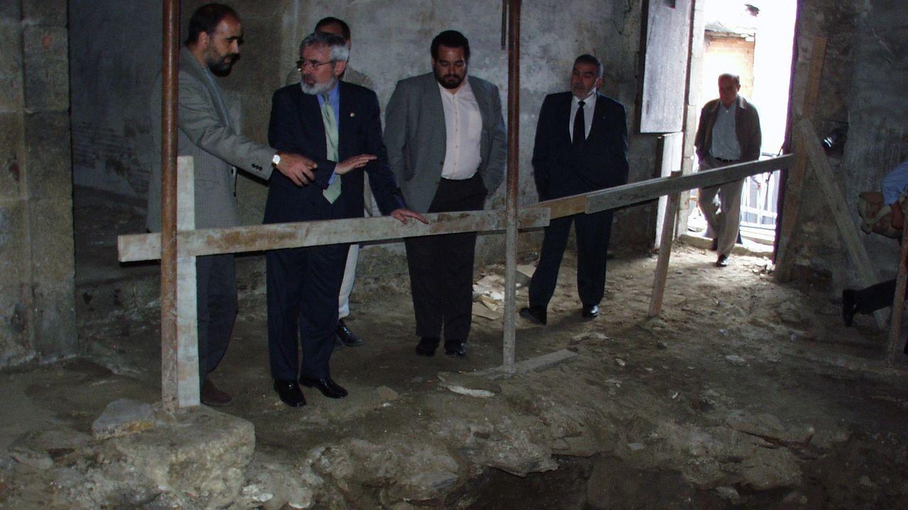 El rector de la USC en el año 2000, Darío Villanueva, con el arqueólogo Celso Rodríguez viendo el yacimiento
