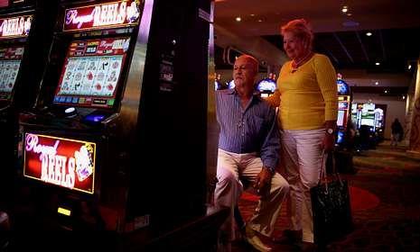 Sanidad estudia dejar fumar en las salas de las máquinas tragaperras de los casinos.