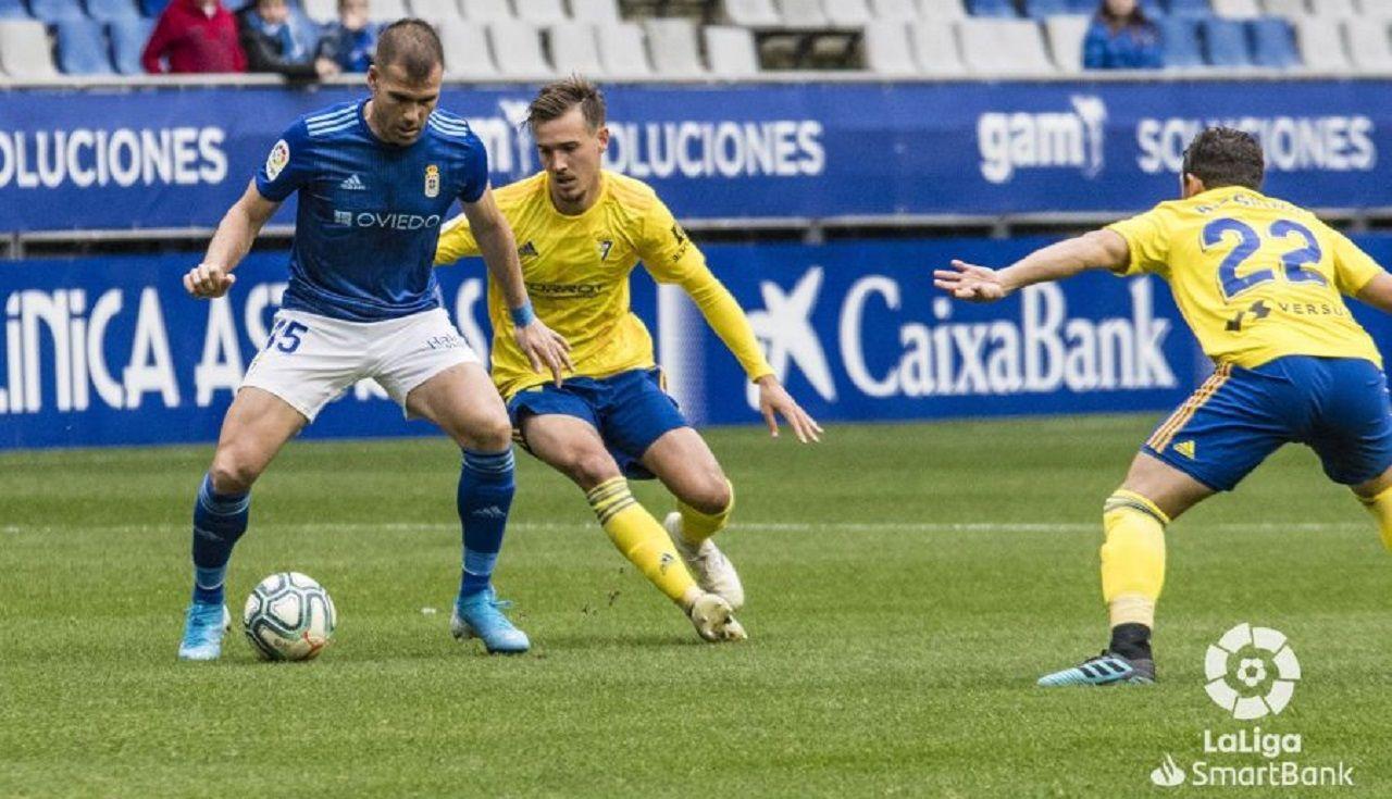 Ortuño trata de controlar un balón ante Sergio González