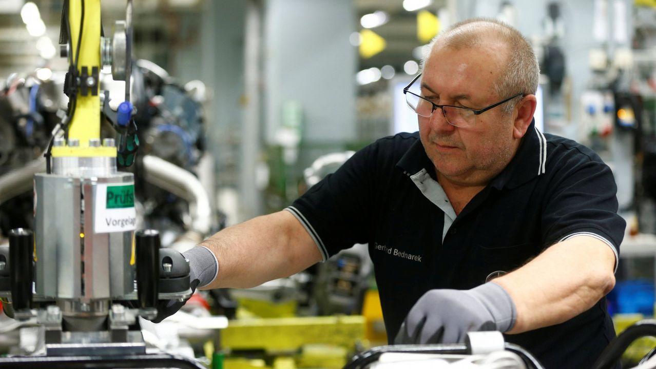 Un operario en la factoría de Mercedes Benz de Sindelfingen, en Alemania