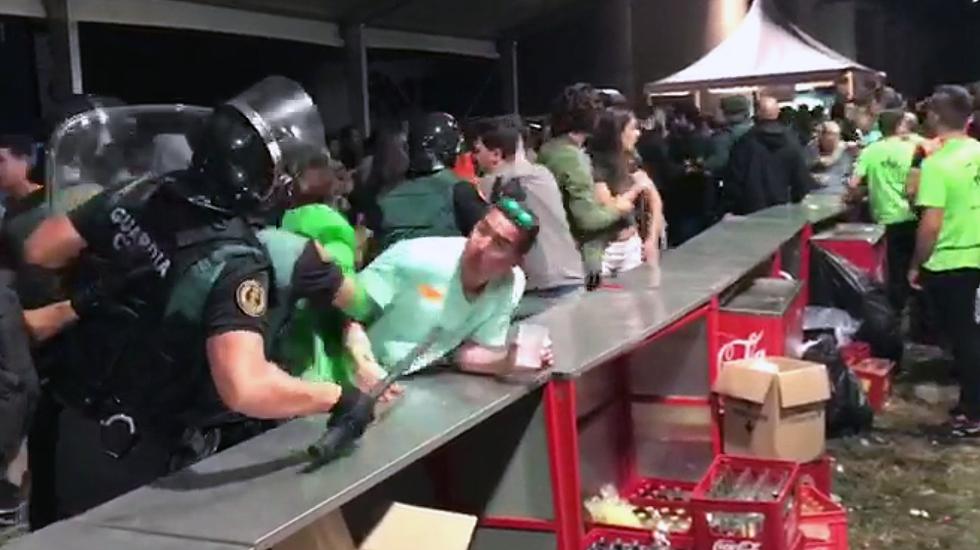 La Guardia Civil desaloja la barra del Xiringüelu.Basura acumulada en el margen del río Sella