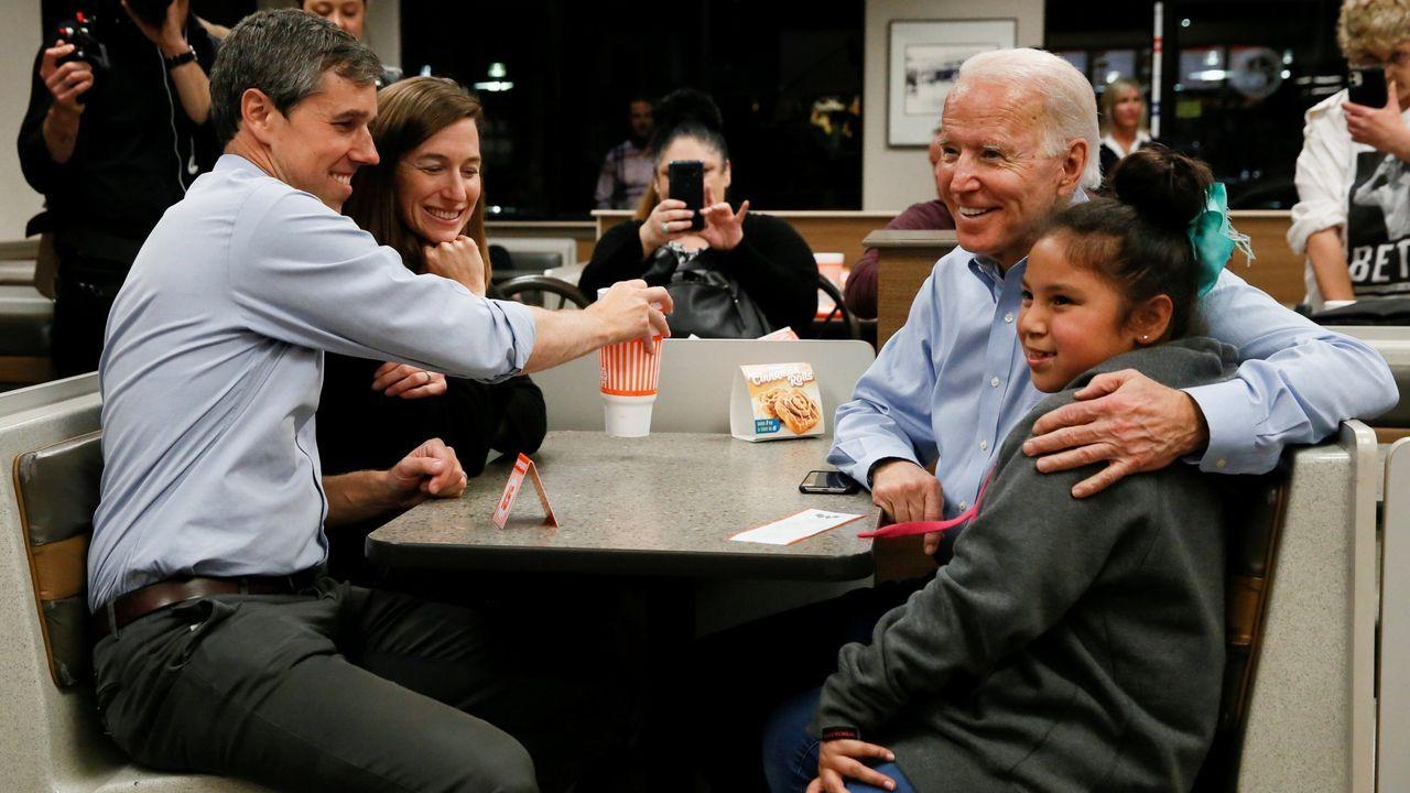 Los disturbios raciales de Mineápolis se extienden a otras ciudades de EE.UU..Biden posa para una foto, el pasado marzo en Texas, junto al exrival en las primarias Beto o'Rourke y su mujer