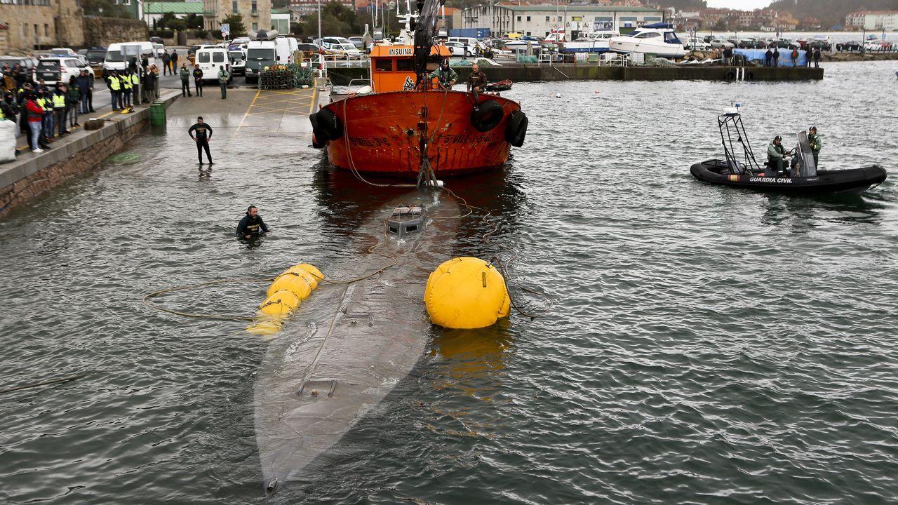 Momento no que se devolve á superficie o narcosubmarino interceptado fronte ás costas galegas