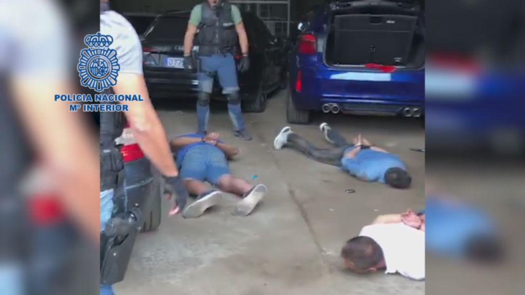 Momento de la detención de cinco personas en una nave de Marín donde se incautó la droga