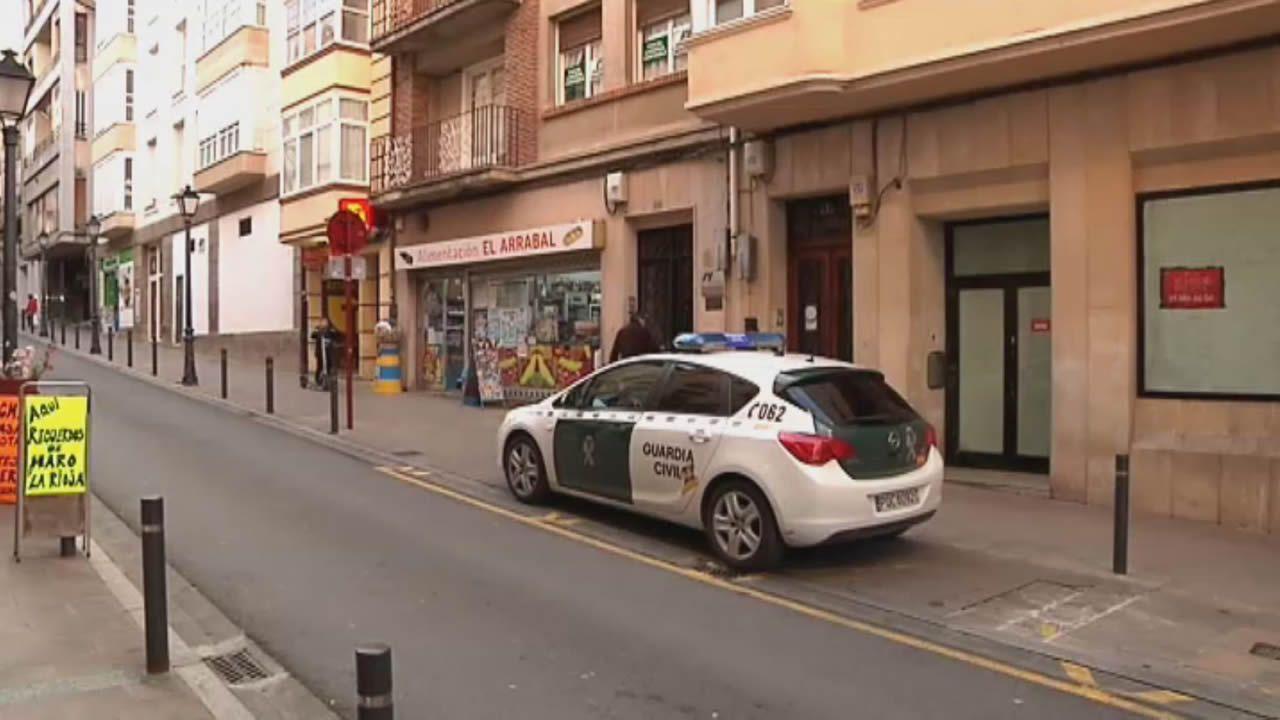 Medidas especiales en Haro para combatir el coronavirus.Dos personas, en la plaza Maior de Lugo, respetando el llamado distanciamiento social
