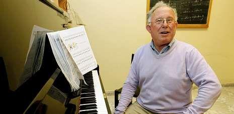 Martín Millán Torrado muestra una de las aulas y uno de los pianos con los que ensayaba Asunta Basterra en su academia.
