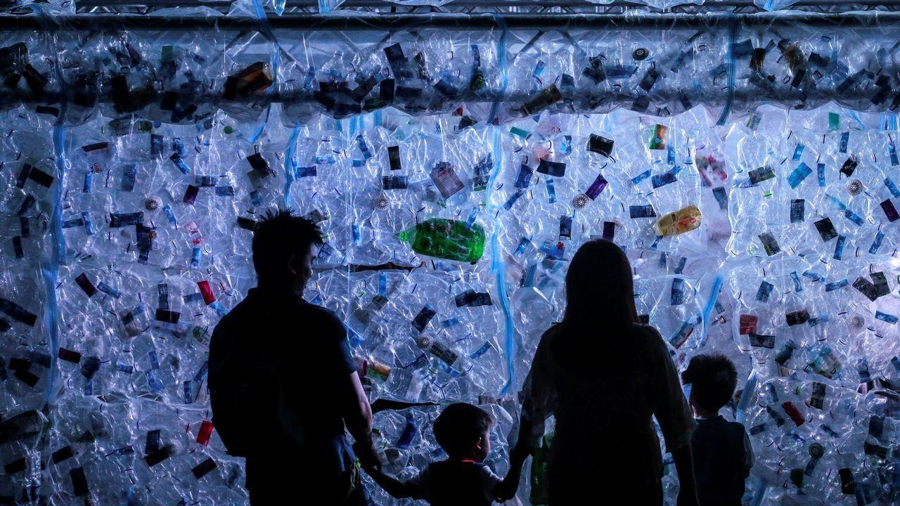 Manifestacion en defensa de los arboles de la Gran Vía.Un grupo de nenos de Novozybkov, cidade afectada polo desastre nuclear de Chernóbil, xogán na praia de Sabón (Arteixo) grazas á oenegué Ledicia Cativa