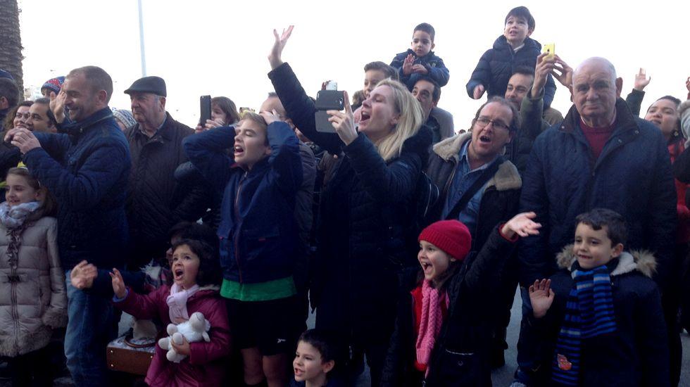 Público recibiendo con entusiasmo a los Reyes Magos