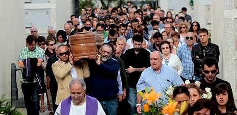 Al entierro de Laura Naveiras Ferreiro, en San Pedro de Visma, acudieron multitud de familiares y allegados consternados.