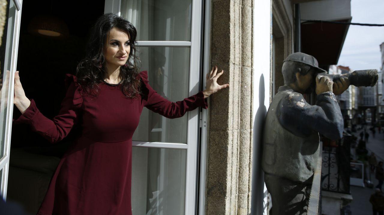 La exposición «A paisaxe e a súa pegada» abre sus puertas en la Casa do Cabido.Yolanda Castaño, asomada ao balcón da residencia de escritores que pon en marcha na rúa coruñesa Rego de Auga