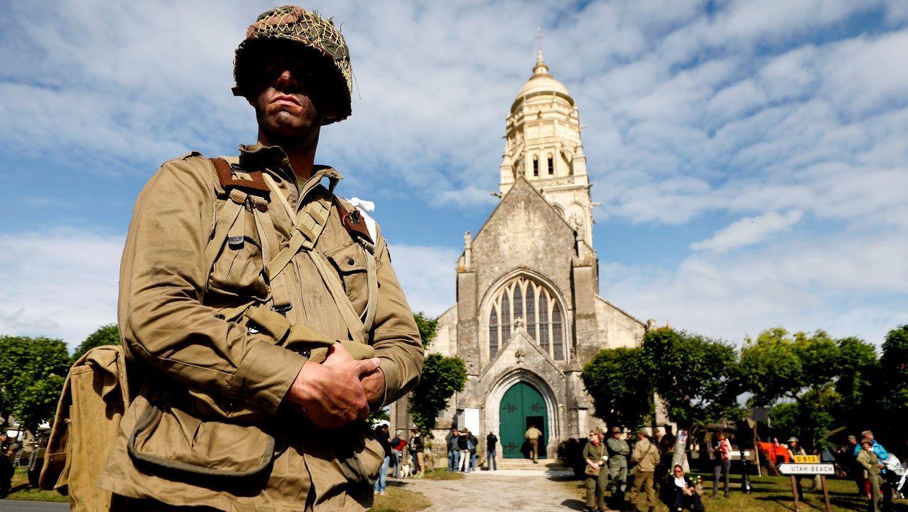 hombre caracterizado de soldado participa en la dramatización histórica del Día D este lunes en la iglesia Sainte Marie Du mont en la costa de Normandía