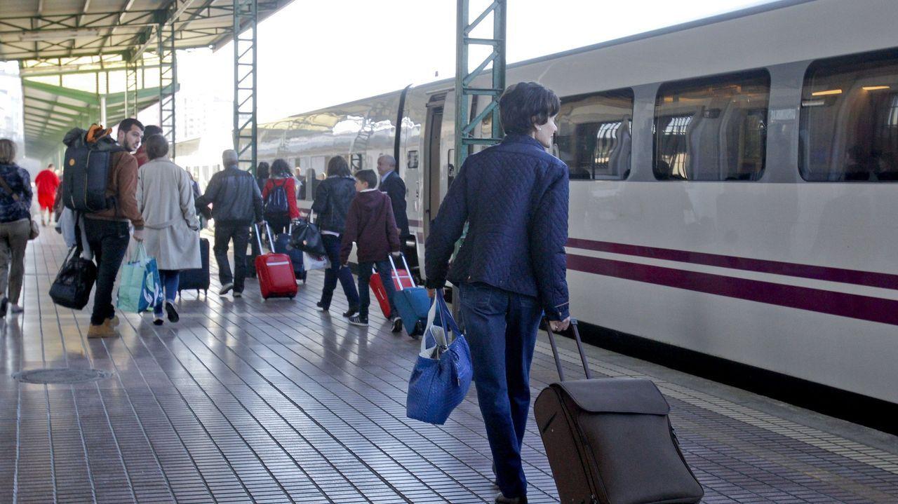 Los peatones ganan protagonismo en los Cantones.Tren hotel a Barcelona en la estación de Lugo