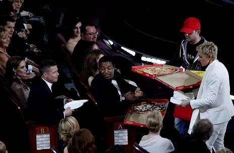 El agresor fue inmovilizado por los guardias de seguridad.<span lang= es-es >Música.</span> Pharell Williams interpretó «Happy», del filme «Gru».