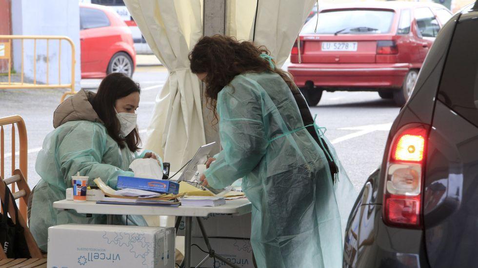 Personal del Sergas en la carpa instalada en Monforte para el cribado