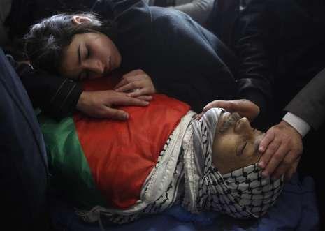 «Los asesinaron sólo porque eran judíos».La hija del ministro Ziad Abu Ein llora sobre su cuerpo durante su funeral en Ramala.