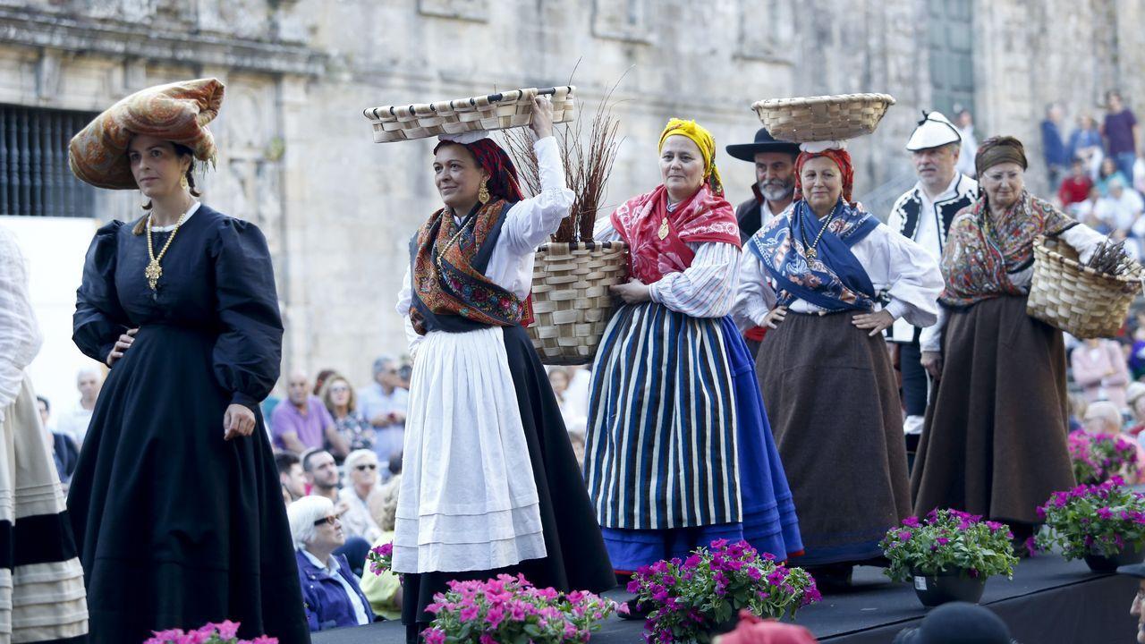 Joyas del año 1900 salieron del baúl en el Día do Traxe Galego