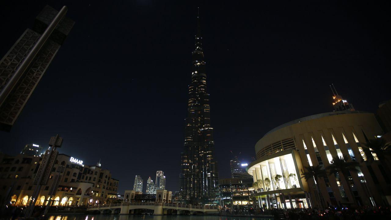 El edificio más alto del mundo, el Burj Khalifa de Dubai, con las luces apagadas