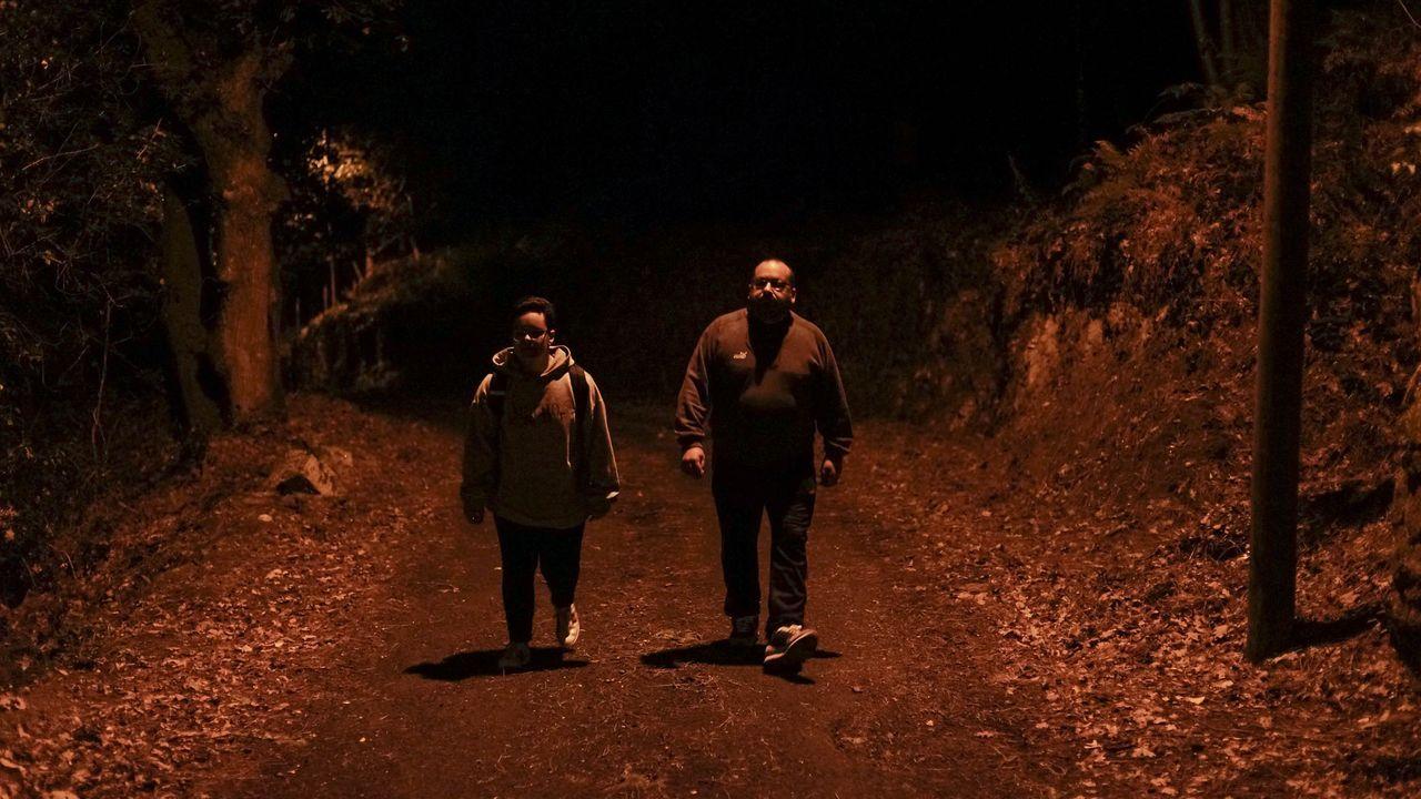 Uxía Blasi debe caminar 400 metros por una zona de monte y casi sin iluminación para coger el transporte escolar