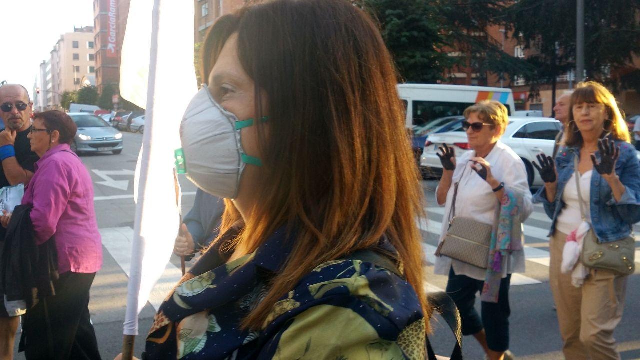 Mascarillas y manos negras, en protesta por la calidad del aire de la ciudad