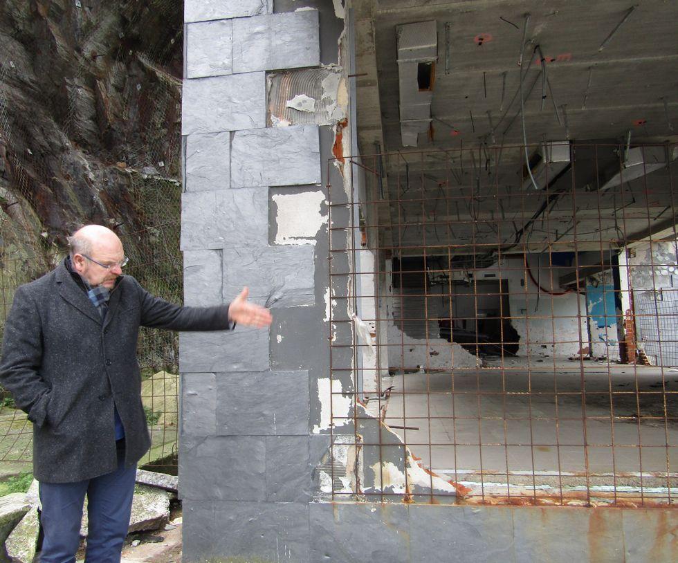 Luis Laria muestra el actual estado de abandono del edificio.