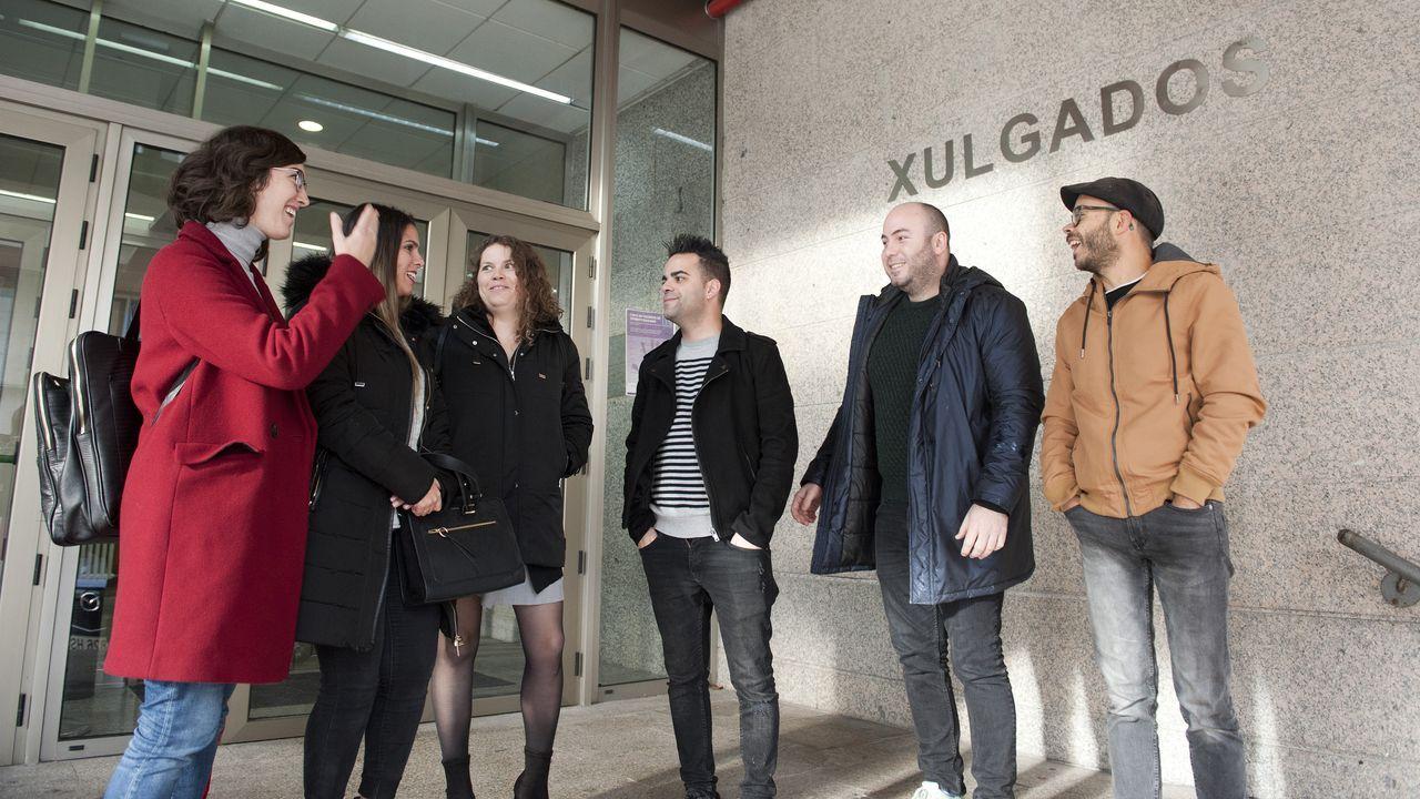 Algunos de los miembros de la banda, ayer lunes a la entrada de los juzgados