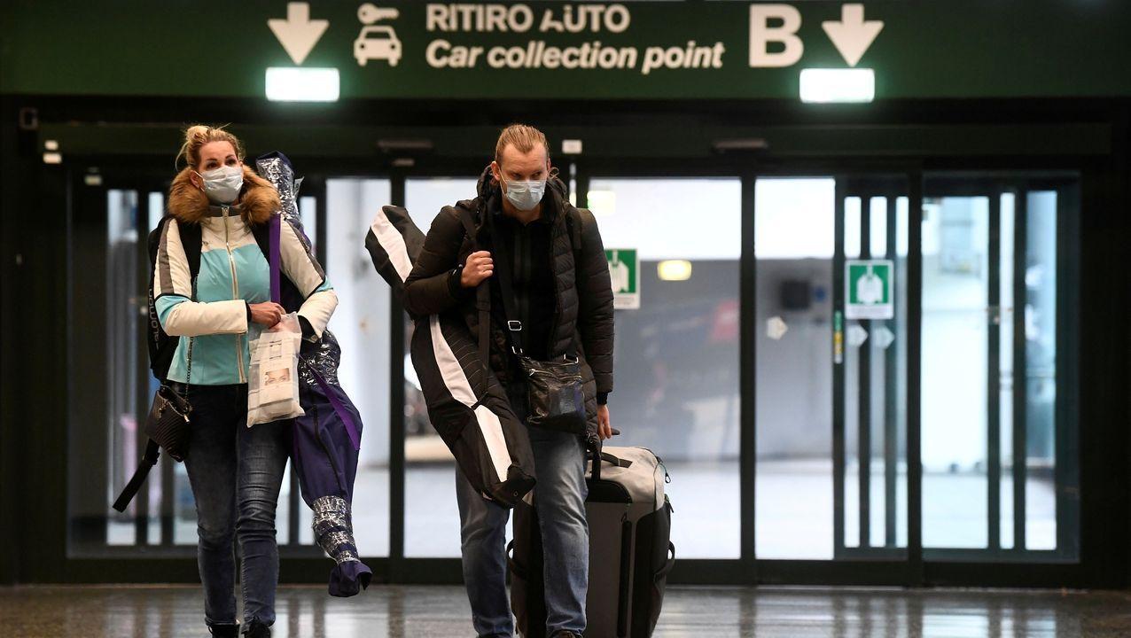 Pasajeros, ayer en el aeropuerto de Milán