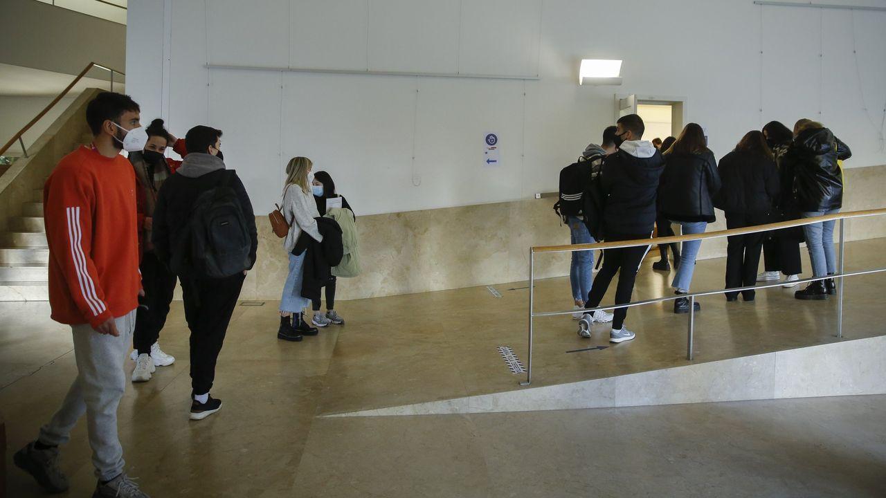 A Ostreira produce almeja autóctona en Malpica.A Facultade de Ciencias da Comunicación é das que presenta un maior uso do galego nos seus títulos