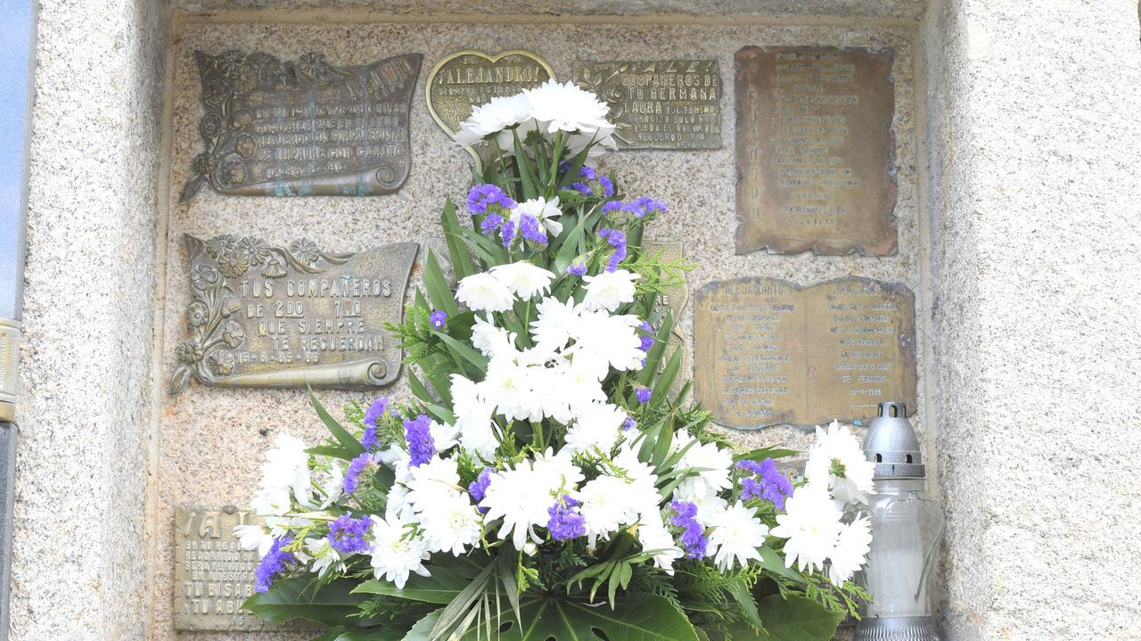 Inauguración en Carballo da praza e do mural dedicados a Xela Arias.En la tumba de Alejandro, en Fisterra, nunca faltan flores