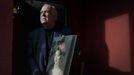 Santos Miguel Ribadeneira posa con una copia del retrato de Rita Goya, el cuadro robado.