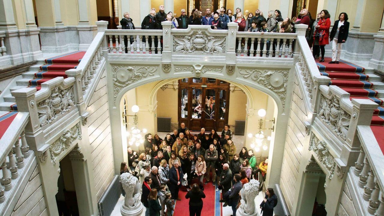 Visitantes, hoy, en la Junta General del Principado, en el primer día de puertas abiertas
