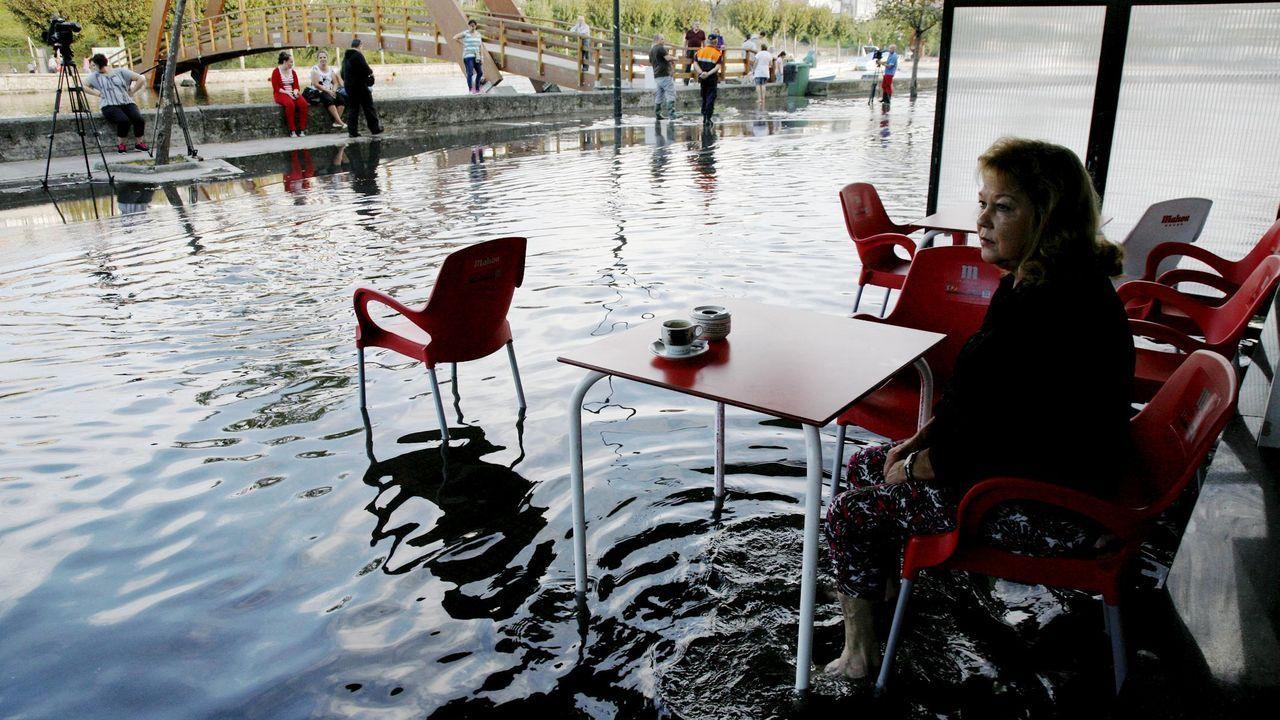 Betanzos ultima una solución. Los trabajos de aglomerado del Malecón pretenden evitar las inundaciones que padece el barrio de A Ribeira, en pleno casco urbano, y pegado al río Mandeo. También se colocaron bombas de drenaje para hacer frente a las crecidas de este río y del Mendo