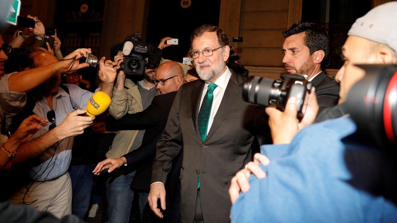 Rajoy, a la salida del restaurante donde pasó la tarde, mientras en el Congreso los grupos de la oposición debatían la moción de censura contra él