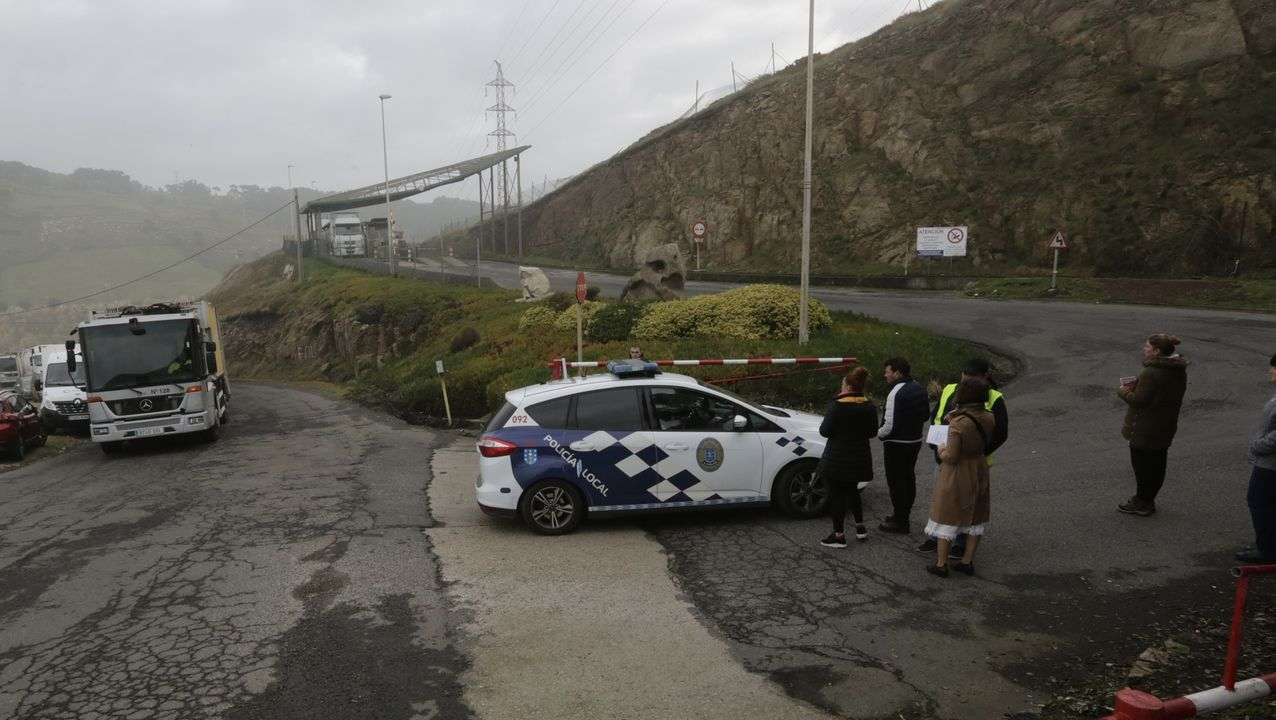 Piquetes y Policía en la entrada de Nostián