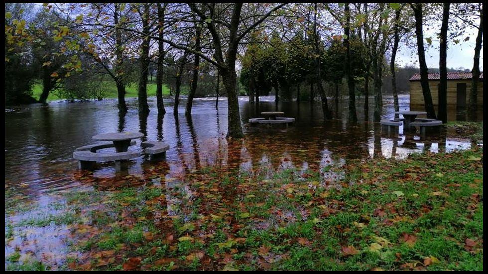 Una carretera inundada en Argame, Soto de Ribera (Asturias), en pleno temporal