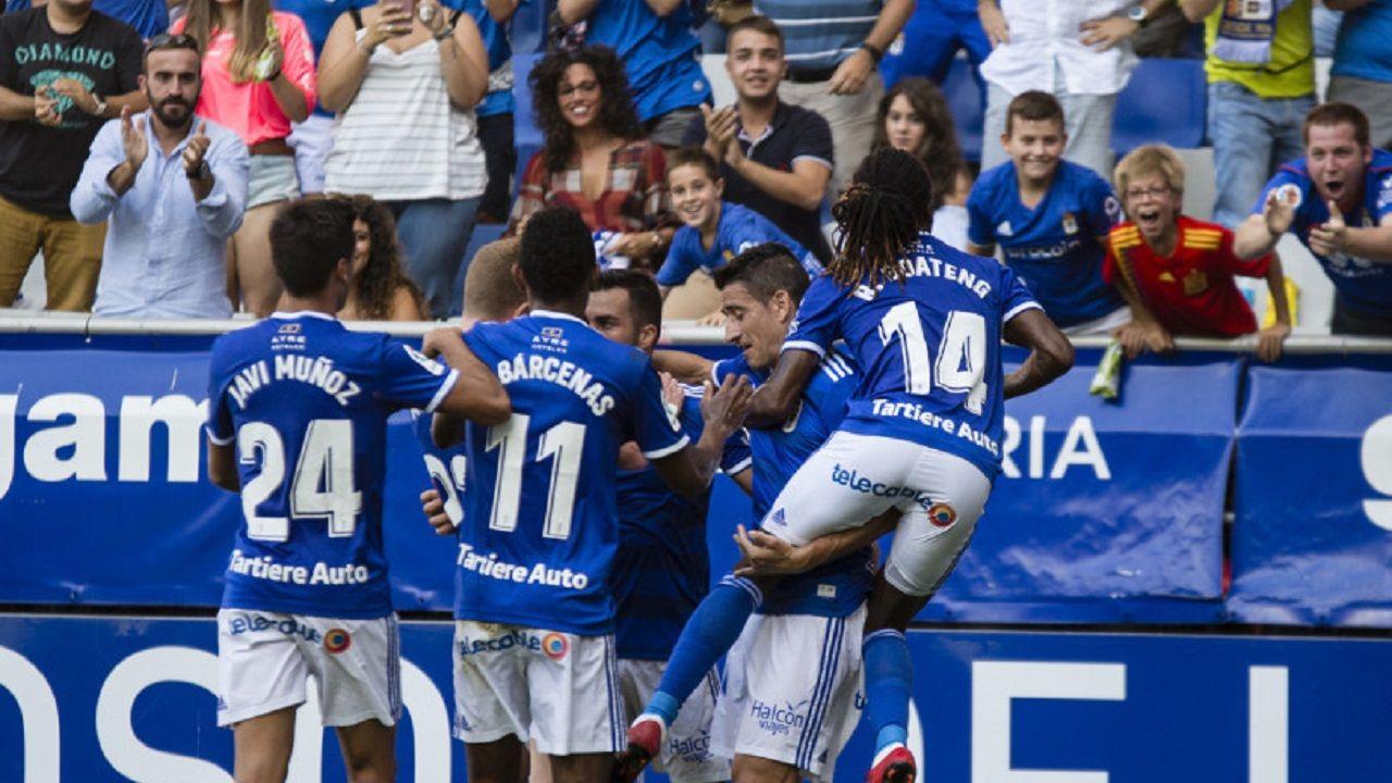 Gol Joselu Real Oviedo Elche Carlos Tartiere.Los futbolistas azules celebran el gol de Joselu al Elche