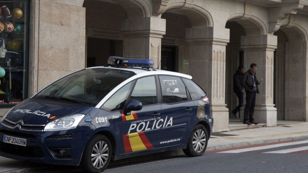 Un coche patrulla, apostado en las inmediaciones de la que eran las oficinas de Vidal Armadores