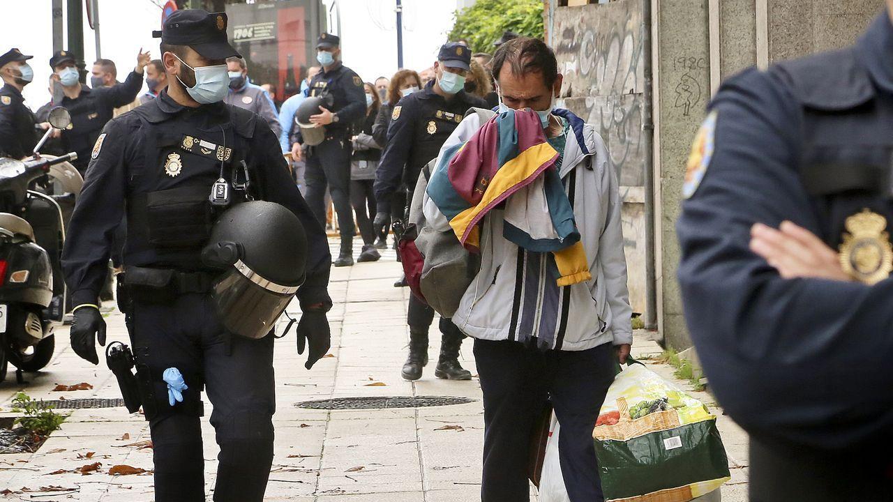 Identifican a los okupas de un edificio de A Falperra.Imagen de la policía desalojando a los okupas de un edificio de Vigo en noviembre