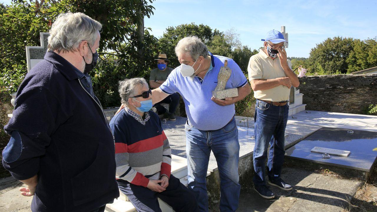 Alfonso Blanco, sentado, recibiu unha peza que se gardará na Casa das Palabras de Guitiriz