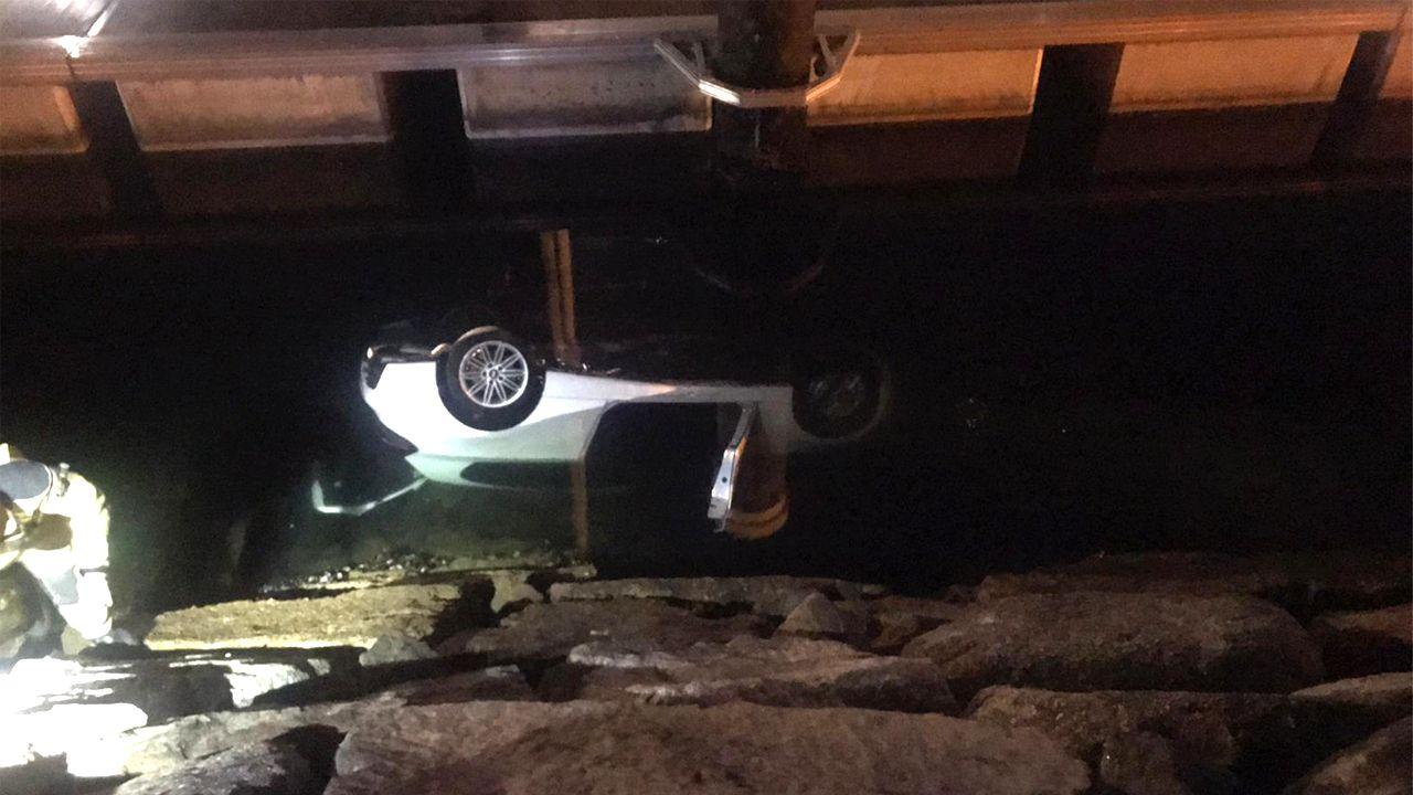Imagen del vehículo sumergido entre el pantalán y el muro de Bouzas